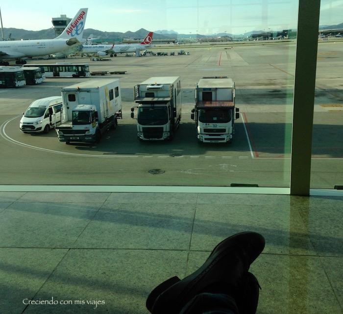 esperando nuestro vuelo a París en el Aeropuerto de Barcelona el Prat