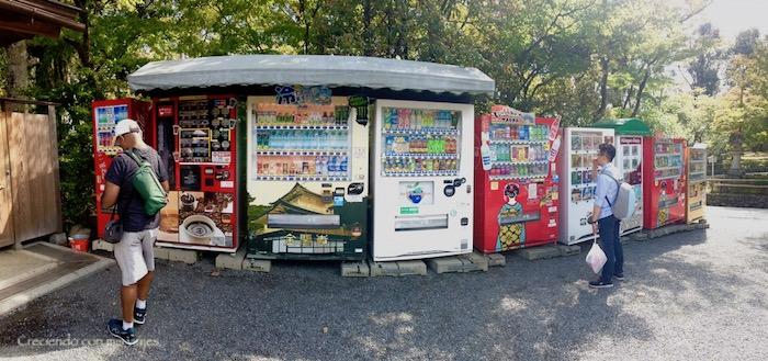 se nota que este templo es importante y con un recinto grande porque cuenta con multitud de máquinas de bebidas y snacks a la salida