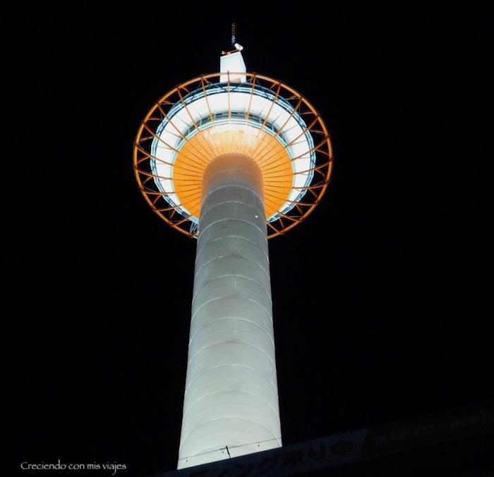 la Kyoto Tower es mucho más bonita de noche que de día…