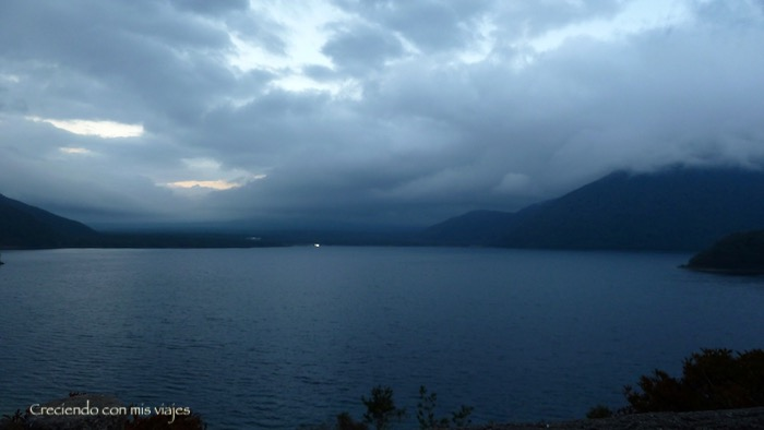 se puede ver cómo las nubes abrazan al Fuji en el centro de la imagen