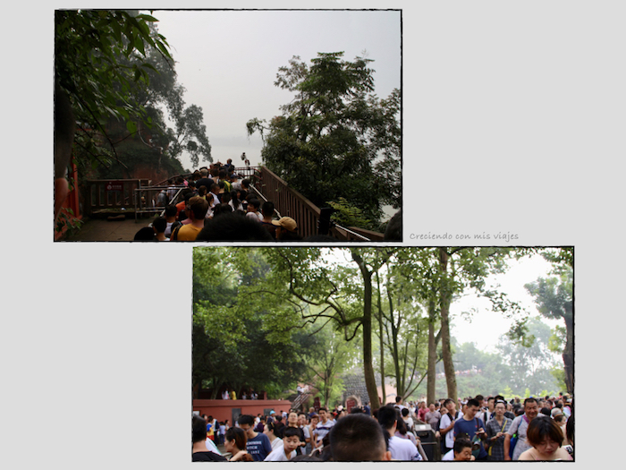 gentío visitando al Buda de Leshan - Buda de Leshan