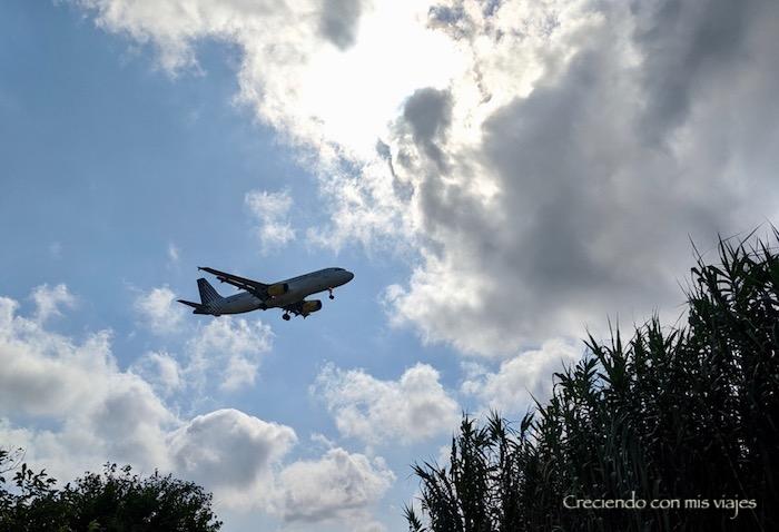 avión llegando al Aeropuerto de El Prat - Barcelona