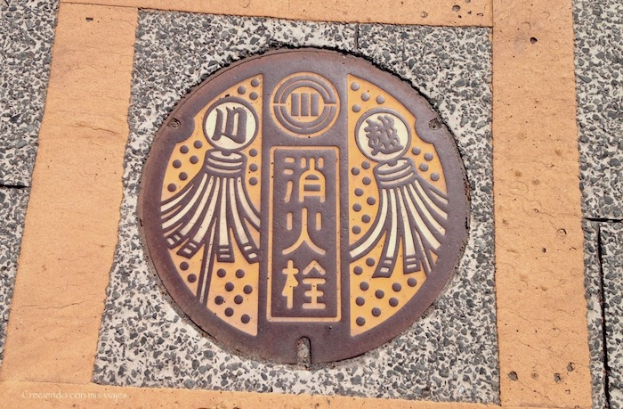 tapa de alcantarilla típica de Kawagoe